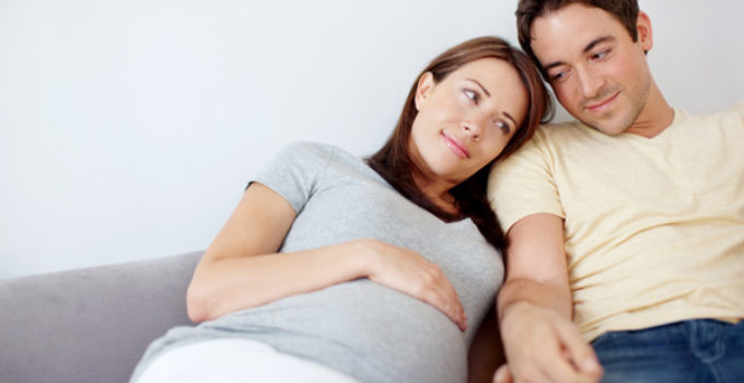 pregnant-couple-holding-hands_ygzder